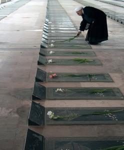 نثار گل در گلزار شهدا