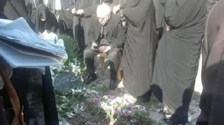 محمدجواد ظریف بر مزار مادرش