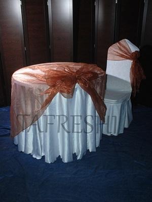 میز پذیرایی به همراه صندلی و کاور