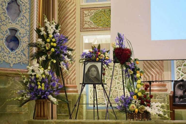 گل آرایی با سبد گل و تاج گل ترحیم در تالار همایش کوثر