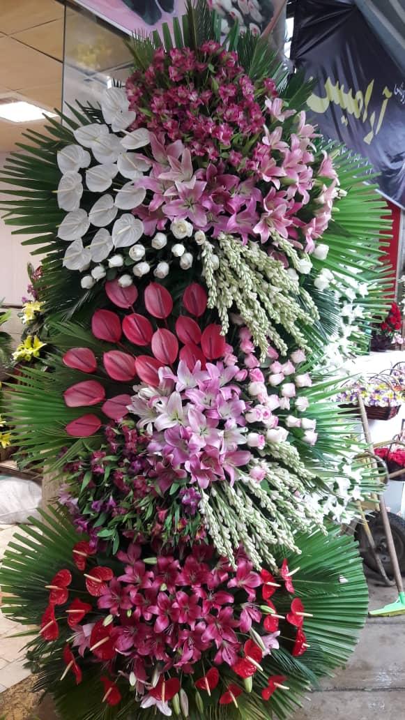 تاج گل دو طبقه گل آرایی شده با گل های لوکس و تازه
